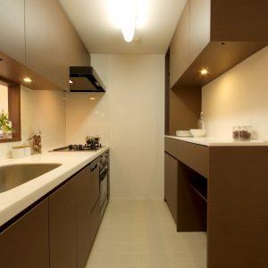 統一されたデザインのキッチンとカップボード
