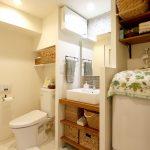 広々とした洗面室とトイレ