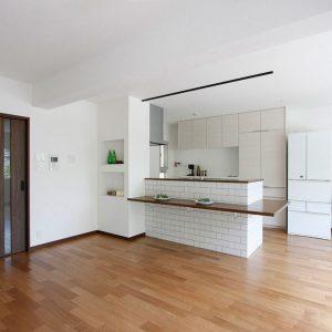 マンションリフォーム:白いブリックタイルでカフェのような空間