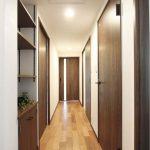 廊下。収納家具はリメイクで再利用。