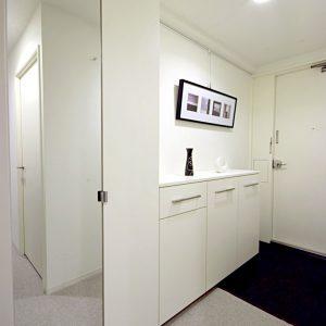 収納力が充実した、明るくシンプルな玄関収納