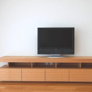 タモの突板を使用したテレビボード