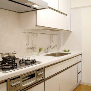 白とシルバーで清潔感のあるキッチン