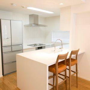 白いカウンターが映えるオープンキッチン