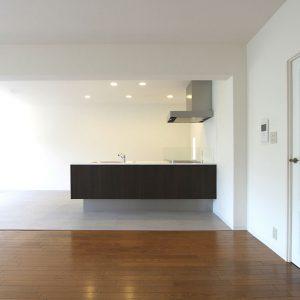 マンションリフォーム:キッチンを中心に広がるリビング