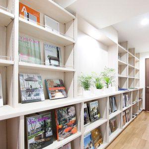 ブックカフェのようなオーダー家具のある空間