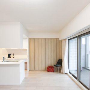 オーダーメイド家具:フローリングと馴染ませた壁面収納