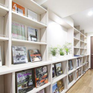 店舗のような書棚のある空間